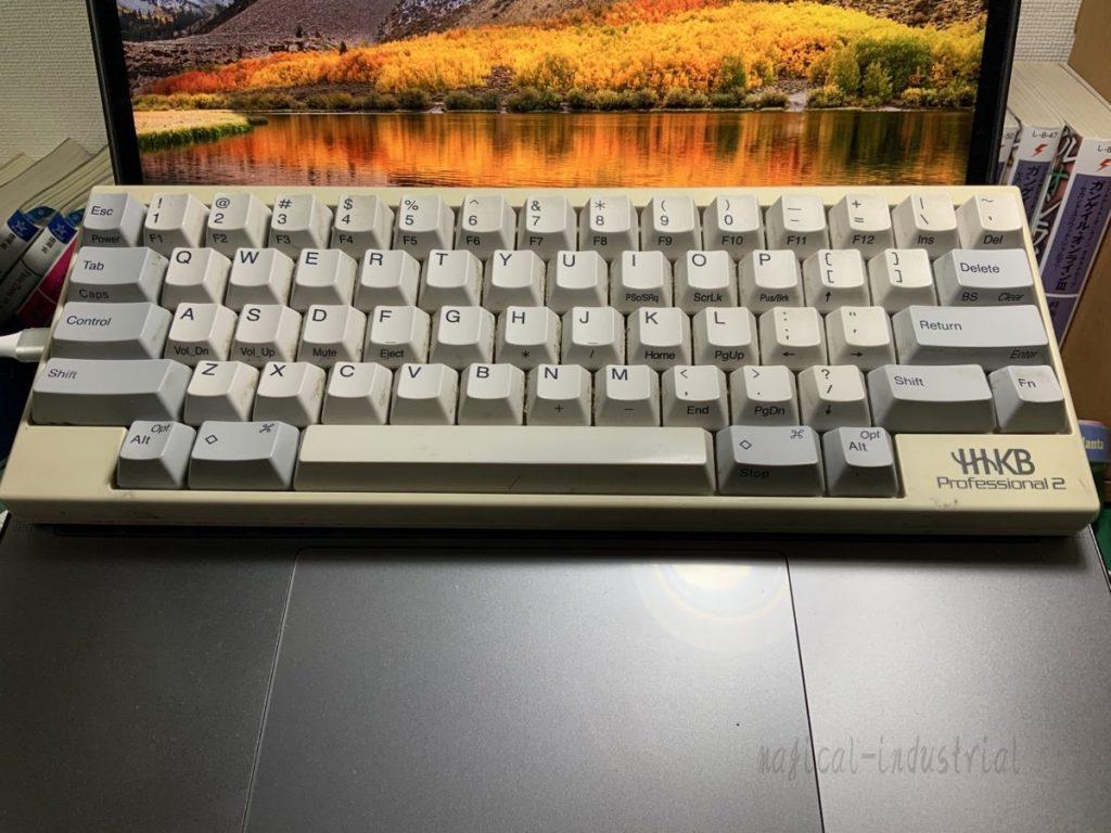 MacBook ProとHHKB 上に乗る